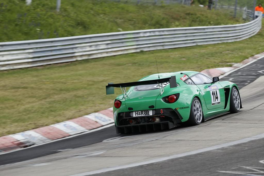 Aston Martin V12 Zagato la joacă pe Nurburgring!
