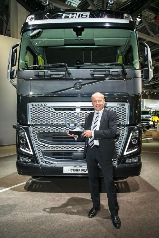 """Volvo FH câştigă trofeul """"Autocamionul Anului 2014″"""