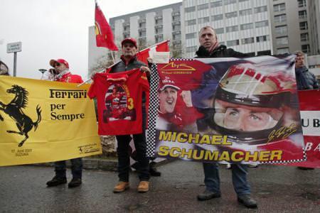 Zeci de suporteri Ferrari în fața spitalului din Grenoble
