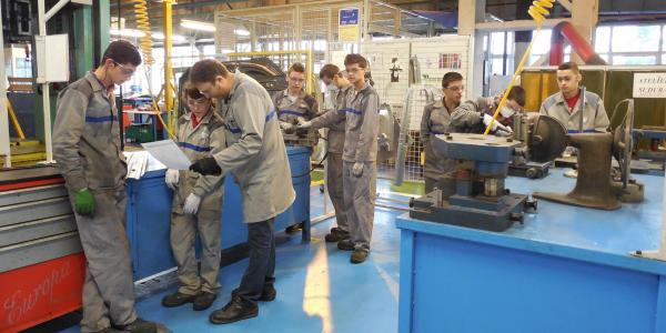 42 de elevi au parcurs prima sesiune de practică la uzinele Dacia