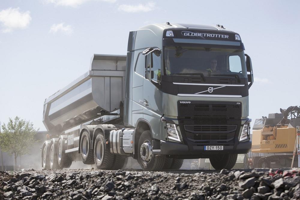 Volvo Trucks, aderenţă mai bună şi consum mai mic cu noul tandem cu o punte liftabilă