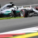 Lewis Hamilton se impune într-o manieră dramatică în Austria