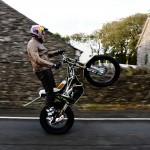 Lampkin este primul om care parcurge traseul Isle of Man TT pe o roată