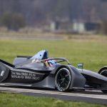 Pilotul oficial BMW Tom Blomqvist pe circuit cu noul BMW iFE.18