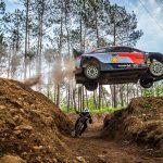 Întrecere inedită: mașină de raliu vs. mountain bike